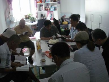 A scene of Bible study in Mr. Xu Yonghai's house church. Internet photo.