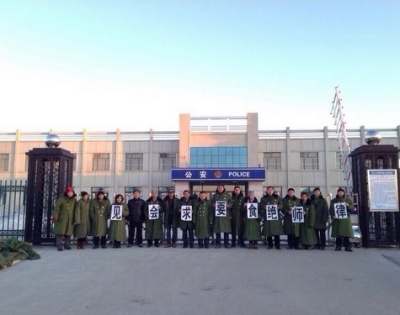 Activists in front of the Legal Education Base, demanding four lawyers' right to counsel be respected.