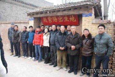 Participants in the public memorial took a group photo in front of Zhao Ziyang's birth place.